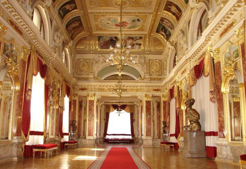 дзеркальна зала оперного театру